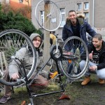 """Gemeinsam reparieren Tarek Alegli aus Libyen, Hatem Mersni aus Tunsien und Frederik Kuschewski vom Netzwerk """"Willkommen in Löbtau"""" ein Fahrrad."""