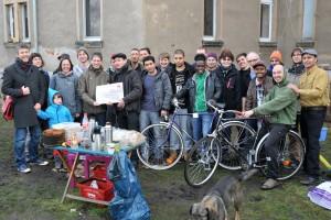 Die TeilnehmerInnen der Aktion nehmen eine Geldspende des SPD-Ortsvereins Dresden-Plauen in Empfang.